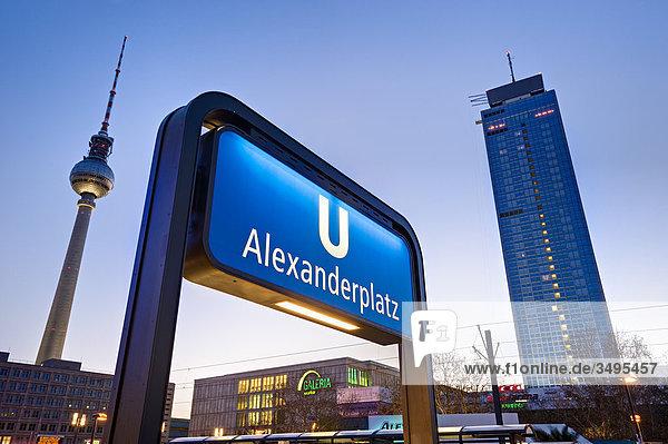 alexanderplatz berlin deutschland flachwinkelansicht u bahn schild lizenzpflichtiges bild. Black Bedroom Furniture Sets. Home Design Ideas