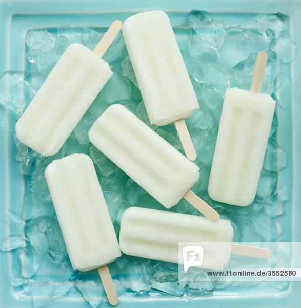 Weiße Popsicles auf blau eis-Platte