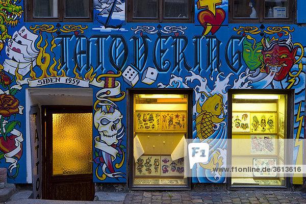 anstreichen anstreichend beleuchtet d nemark fenster hafen hauptstadt kopenhagen nyhavn. Black Bedroom Furniture Sets. Home Design Ideas