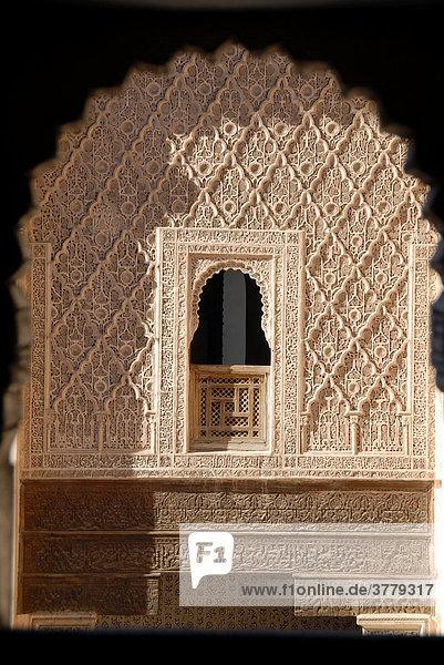Orientalisches Fenster reich mit feinem Stuck verziert Medersa Ali ...