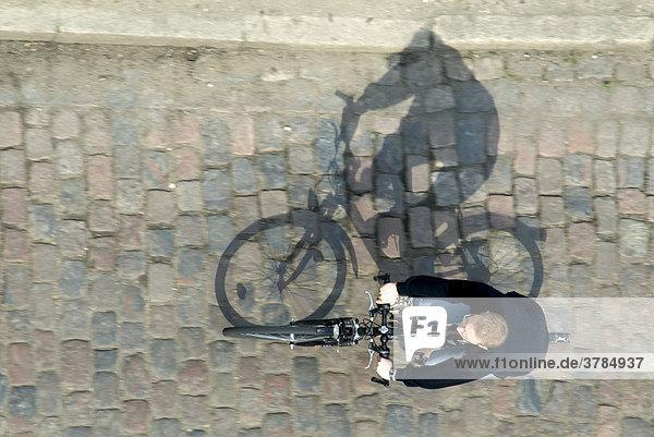 Fahrradfahrer aus der vogelperspektive mit schatten for Vogelperspektive englisch