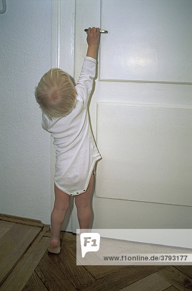 kleines ein jahr altes kind will t re ffnen lizenzfreies bild bildagentur f1online 3793177. Black Bedroom Furniture Sets. Home Design Ideas