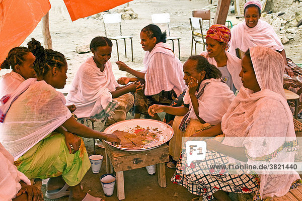 afrika eritrea massawa frauen essen lizenzpflichtiges bild bildagentur f1online 3821440. Black Bedroom Furniture Sets. Home Design Ideas