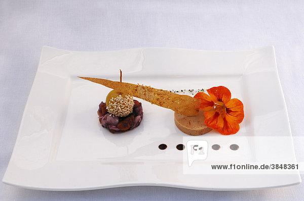 Auberge de la ferme hueb dekoriert mit einer kapuzinerkresse bl te auf einem wei en teller - Gastronomie dekoration ...