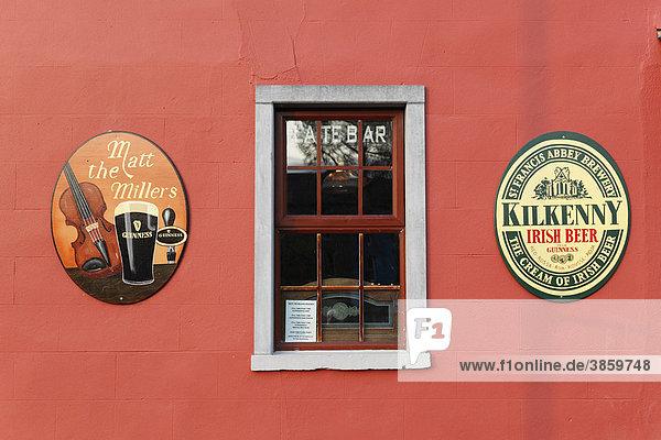 Außenwand vom Pub Matt the Miller, Embleme von Guinness Bier und St. Francis Abbey Brewery, Kilkenny, County Kilkenny, Irland, Britische Inseln, Europa