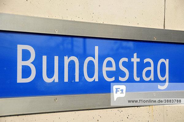 schild an der u bahn station deutscher bundestag berlin deutschland europa. Black Bedroom Furniture Sets. Home Design Ideas