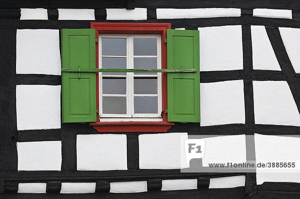 denkmalpflege detail einer hausfassade deutschland mit rot eingefasstem fenster und gr nen. Black Bedroom Furniture Sets. Home Design Ideas