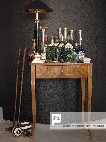 antiker beistelltisch mit lampe und alten golfschl gern sowie edlen flaschen lizenzpflichtiges. Black Bedroom Furniture Sets. Home Design Ideas