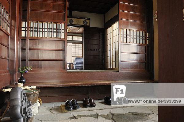 Asien japan kyoto ostasien schuhe im eingangsflur for Traditionelles haus japan
