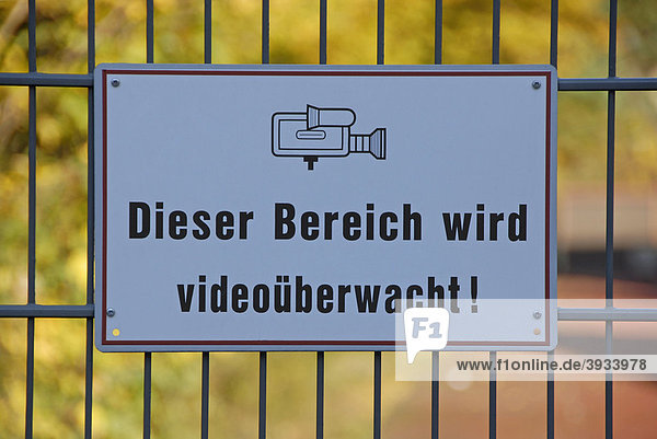 schild mit aufschrift dieser bereich wird video berwacht lizenzpflichtiges bild bildagentur. Black Bedroom Furniture Sets. Home Design Ideas