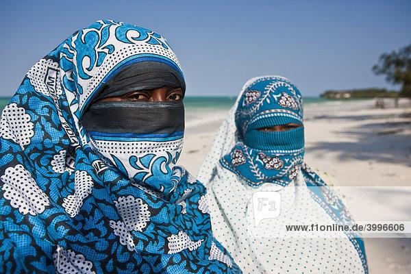 verschleierte muslimische frauen am strand von sansibar tansania afrika lizenzpflichtiges. Black Bedroom Furniture Sets. Home Design Ideas