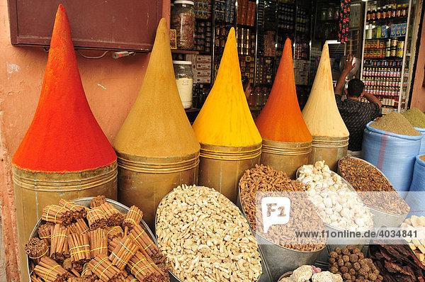afrika altstadt in der medina markt marokko von marrakesch gew rzberge im souk. Black Bedroom Furniture Sets. Home Design Ideas