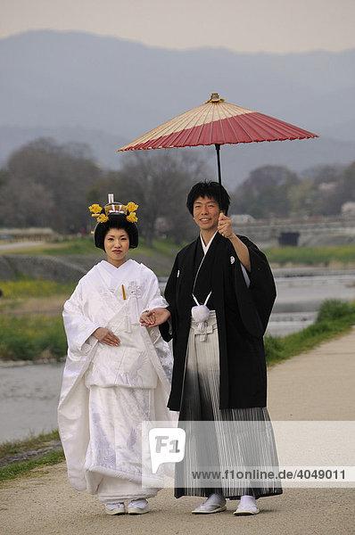 Traditionelles japanisches hochzeitspaar im kimono mit for Traditionelles japan