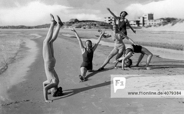 Frauen turnen am Strand, historische Aufnahme, ca. 1940