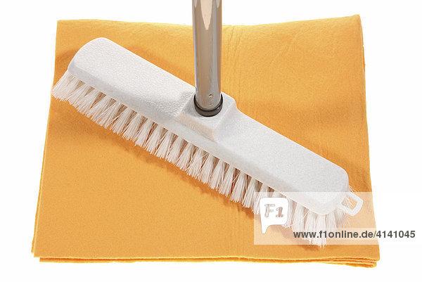 putzmittel schrubber wischer zum boden putzen lizenzpflichtiges bild bildagentur f1online. Black Bedroom Furniture Sets. Home Design Ideas