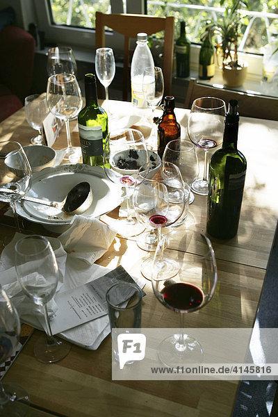 deutschland tisch am morgen nach einer party essen leere weinflaschen glaeser teller. Black Bedroom Furniture Sets. Home Design Ideas