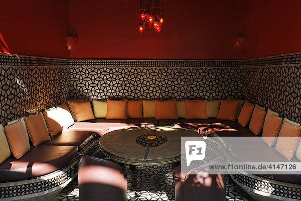 afrika historische medina marokko marrakesch sitzecke mit bunten kissen im designer riad caf. Black Bedroom Furniture Sets. Home Design Ideas