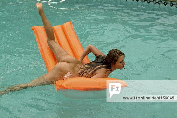 Lena Meyer-Landrut Nackt im Pool-Szene aufgetaucht