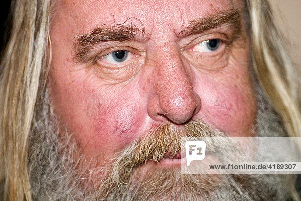 Alter Mann mit langen Haaren und Bart  Lizenzpflichtiges Bild