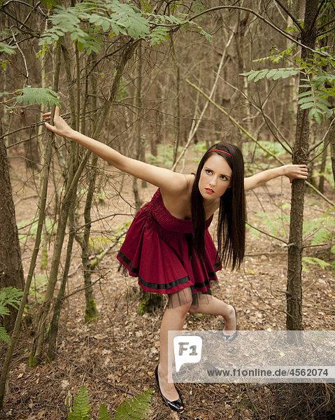 junge Frau,Kleid,rot,Wald - Lizenzfreies Bild