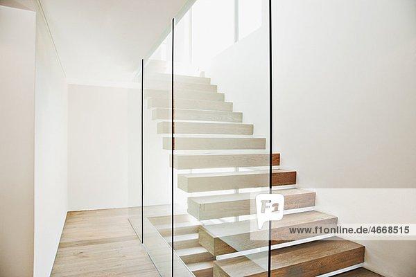 freitragende treppe und glaswand in modernem haus innenansicht moderne wohnung zu hause. Black Bedroom Furniture Sets. Home Design Ideas