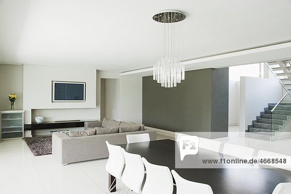 modernes wohnzimmer mit essbereich lizenzfreies bild
