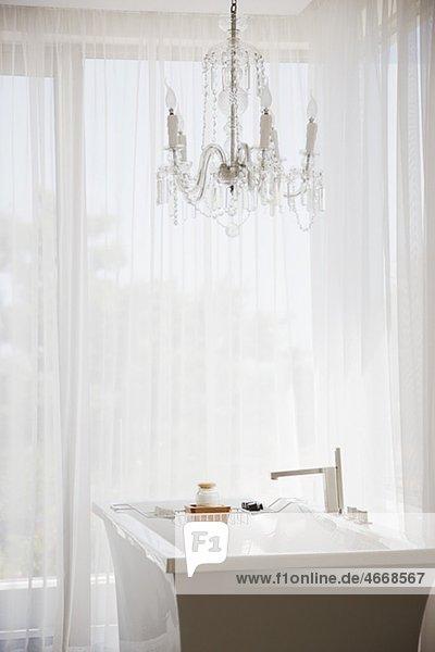 eleganter kristall kronleuchter und badewanne im. Black Bedroom Furniture Sets. Home Design Ideas