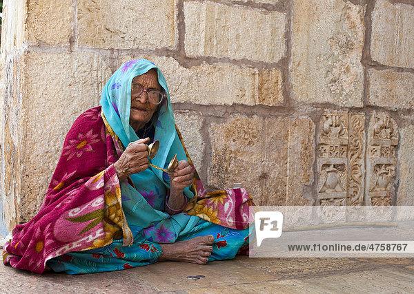 asien chittorgarh inderin im sari sitzt am boden in einem hinduistischen tempel und schl gt. Black Bedroom Furniture Sets. Home Design Ideas