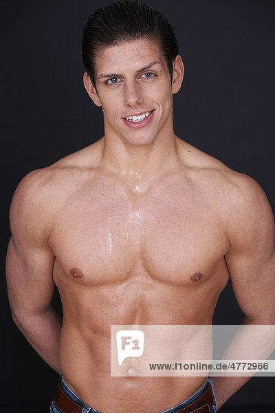 Athletischer junger Mann, nackter Oberkörper