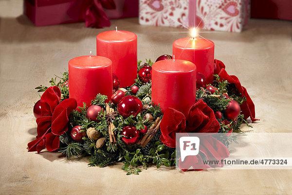 Adventskranz 1 advent eine brennende kerze - Adventskranz englisch ...