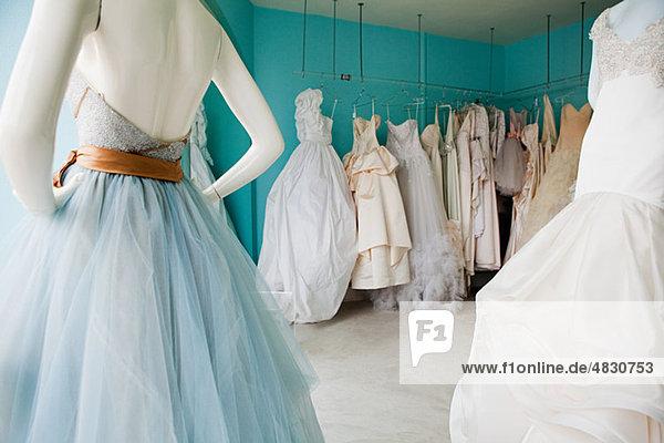 Auswahl der Hochzeitskleider in boutique