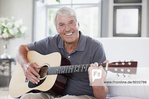 Lterer Mann Spielt Im Wohnzimmer Gitarre