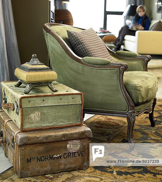 2 koffer leder seitenansicht stapel stuhl tisch. Black Bedroom Furniture Sets. Home Design Ideas