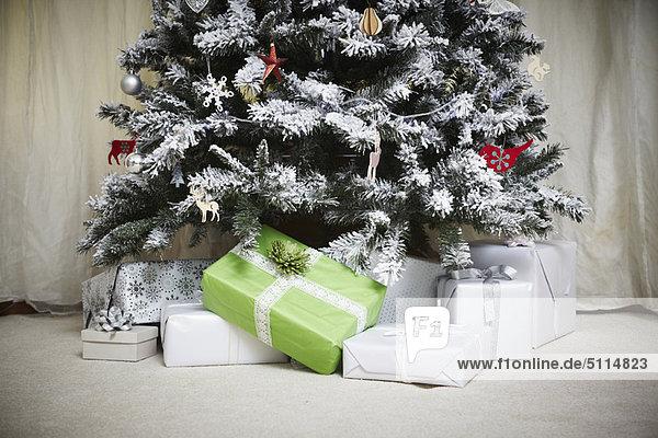 verzierter weihnachtsbaum mit geschenken lizenzfreies. Black Bedroom Furniture Sets. Home Design Ideas