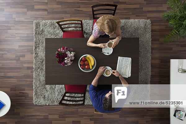 Am tisch essen kaffee morgen tisch vogelperspektive zimmer zusammenhalt lizenzfreies bild - Vogelperspektive englisch ...