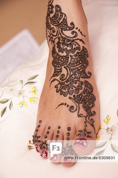 traditionelles henna muster auf dem fu einer indischen braut lizenzpflichtiges bild. Black Bedroom Furniture Sets. Home Design Ideas