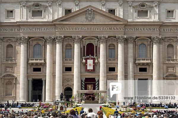 balkon der loggia delle benedizioni basilika st peter mit papst benedikt xvi zur ostermesse. Black Bedroom Furniture Sets. Home Design Ideas