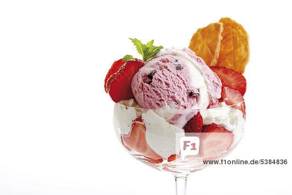 eisbecher mit frischen erdbeeren erdbeereis sahne und waffeln lizenzfreies bild. Black Bedroom Furniture Sets. Home Design Ideas