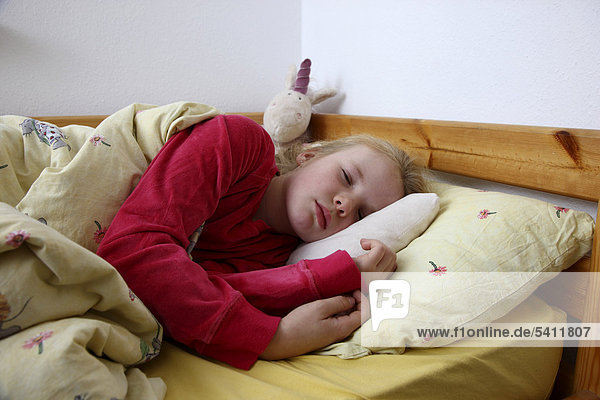10 jahre erk ltung fieber liegt krank im bett mit. Black Bedroom Furniture Sets. Home Design Ideas