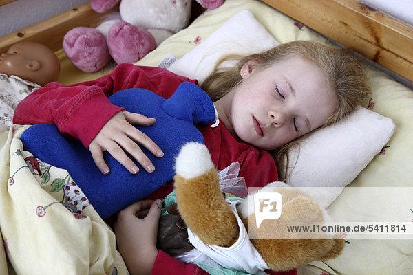 10 jahre erk ltung fieber hat grippe liegt krank mit einer w rmflasche im bett m dchen. Black Bedroom Furniture Sets. Home Design Ideas