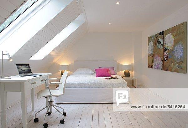arbeiten bett dachboden flach speicher zimmer lizenzfreies bild bildagentur f1online 5416264. Black Bedroom Furniture Sets. Home Design Ideas