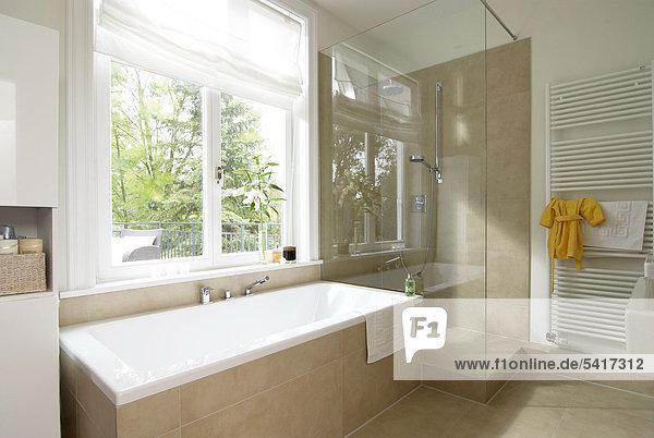 Badezimmer dusche badewanne modern lizenzfreies bild for Badezimmer ideen dusche und badewanne