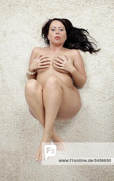 Sich mit nackten Brüsten strecken