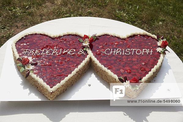 Hochzeitstorte in Form von zwei Herzen, mit Erdbeeren ...