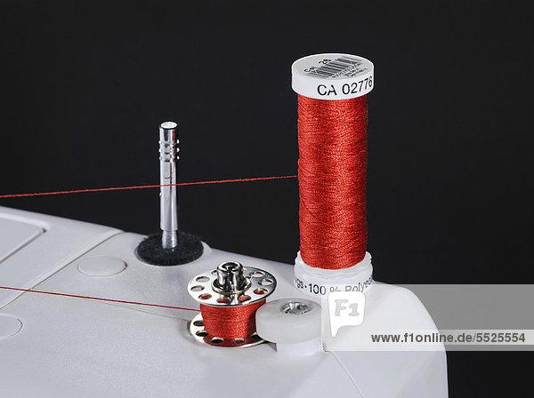 Nähmaschine mit Untergarnspule beim Aufspulen  ~ Nähmaschine Unterfaden Aufspulen