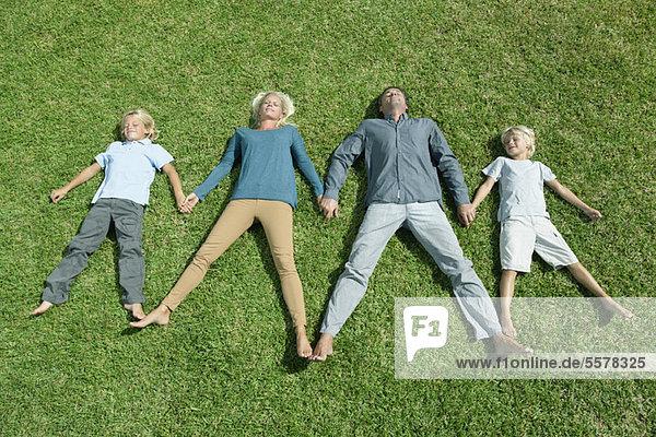 Familie mit zwei kindern hand in hand nebeneinander for Vogelperspektive englisch