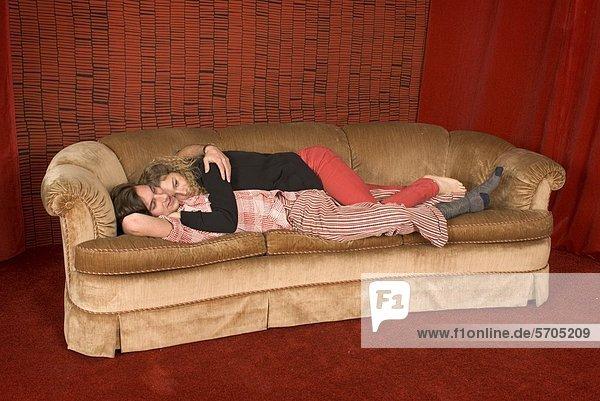 Paar kuscheln auf sofa lizenzpflichtiges bild for Sofa kuscheln