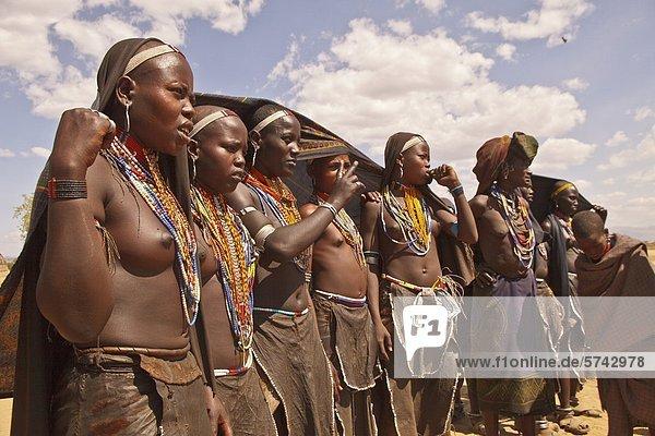 Afrika, Äthiopien, Erbore Stamm, Frauen in Dorf
