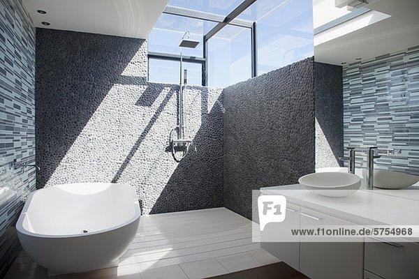 badezimmer beleuchtet fenster modern sonne lizenzfreies bild bildagentur f1online 5754968. Black Bedroom Furniture Sets. Home Design Ideas