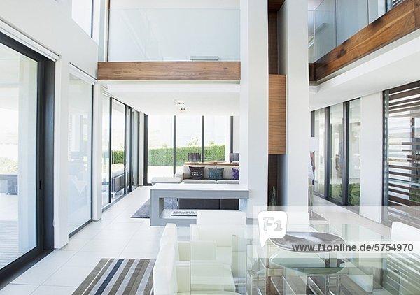 Am Tisch essen,Boden,Fußboden,Innenansicht,moderne Wohnung,offen ...